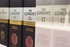 Крупный план Scottish виски Glenlivet кладет в коробку на супермаркете sh стоковые изображения