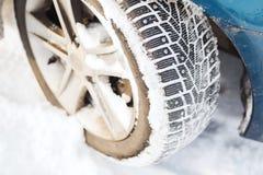 Крупный план автошины зимы автомобиля Стоковые Изображения