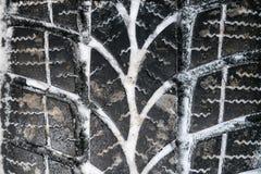 Крупный план автошин автомобиля в зиме зима профиля шины снежка Стоковая Фотография RF