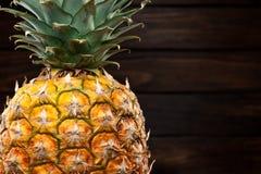 Крупный план ананаса на темной деревянной предпосылке Стоковое фото RF