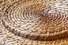 Крупный план бежевой корзины Картина сплетенная лозой для абстрактных предпосылки или текстуры Стоковое Фото