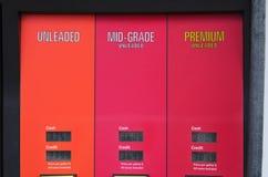 Крупный план бензиновой колонки с показывать цен Стоковое фото RF