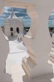 Крупный план белой каменной балюстрады смотря до конца стоковые фотографии rf