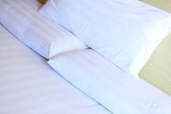 Крупный план белых постельных белиь и подушки Стоковые Фотографии RF