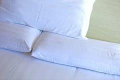 Крупный план белых постельных белиь и подушки Стоковое Изображение