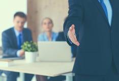 Крупный план бизнесмена давая руку для рукопожатия Стоковые Фото