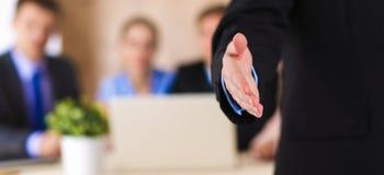 Крупный план бизнесмена давая руку для рукопожатия Стоковое Изображение