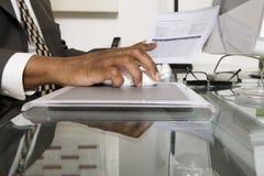 Крупный план бизнесмена используя компьютер Стоковые Фотографии RF