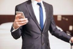 Крупный план бизнесмена используя телефон Стоковые Фотографии RF