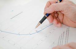 Крупный план бизнесмена смотря диаграмму Стоковые Фотографии RF