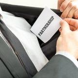 Крупный план бизнесмена устанавливая визитную карточку с партнером слова стоковое изображение