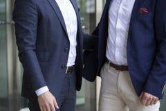 Крупный план 2 бизнесменов приветствуя один другого Стоковая Фотография RF