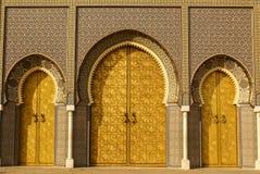 Крупный план 3 богато украшенных дверей латуни и плитки к королевскому дворцу в Fez, стоковое фото rf