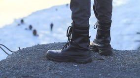 Крупный план ботинок людей сток-видео