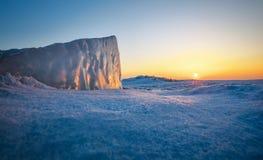 Крупный план блока льда во время захода солнца Изображение принятое на лед Стоковая Фотография RF