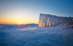 Крупный план блока льда во время захода солнца Стоковые Фото