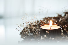 Крупный план венка пришествия с горя свечой Стоковые Фото