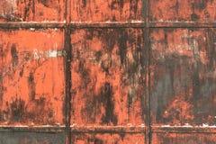 Крупный план дверей металла, ржавея и слезая красную краску Стоковые Изображения