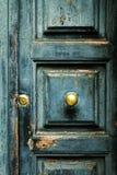 Крупный план двери голубой бирюзы старой текстурированной античной с br золота Стоковые Изображения RF