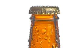 Крупный план верхней части бутылки свежего пива с падениями Стоковое Изображение