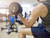 Крупный план весов молодого человека спортсмена поднимаясь стоковая фотография rf