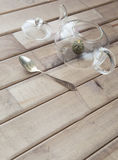 Крупный план взгляд сверху стеклянного бака чая с чаем цветка китайским готовым для заваренный и крышка на деревянной предпосылке Стоковая Фотография RF