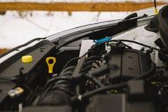 Крупный план двигателя автомобиля с космосом экземпляра Внешнее фото в зиме Стоковая Фотография RF