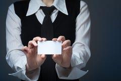 Крупный план визитной карточки показа бизнес-леди на белой предпосылке Стоковая Фотография RF