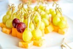 Крупный план виноградин клубники частей конструировал - канапе на таблице Стоковые Фото