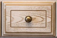 Крупный план винтажного деревянного кухонного шкафа кухни Стоковое фото RF