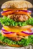 Крупный план вкусного домодельного большого гамбургера Стоковая Фотография RF