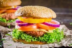 Крупный план вкусного домодельного гамбургера Стоковое Фото