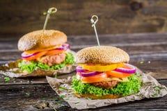 Крупный план вкусного домодельного гамбургера Стоковые Изображения RF