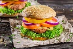 Крупный план вкусного домодельного гамбургера Стоковое Изображение
