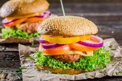 Крупный план вкусного домодельного гамбургера Стоковая Фотография RF