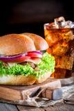 Крупный план вкусных гамбургера и холодного напитка Стоковая Фотография RF
