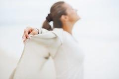 Крупный план в наличии молодой женщины в свитере на сиротливом пляже Стоковое фото RF