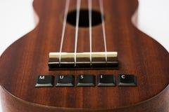 Крупный план гавайской гитары на белой предпосылке стоковые фотографии rf