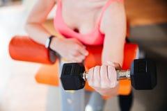 Крупный план гантели металла holded спортсменом молодой женщины Стоковая Фотография