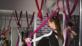 Крупный план, 2 гимнаста девушек закручивает на холсты акции видеоматериалы
