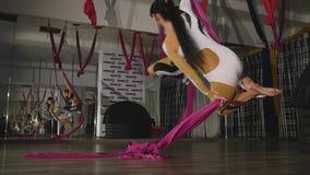 Крупный план, 2 гимнаста девушек закручивает на холсты сток-видео