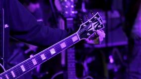 Крупный план гитары настраивая сток-видео