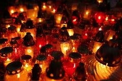 Крупный план горящих свечей на кладбище на всем Saints& x27; День Стоковые Изображения