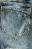 Крупный план голубых джинсов карманный для предпосылок Стоковые Фотографии RF