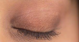 Крупный план глаза мексиканской женщины закрытого Стоковое Фото