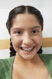 Крупный план девочка-подростка с расчалками Стоковое Изображение