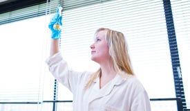 Крупный план женских исследователя/студента химии Стоковое Изображение RF