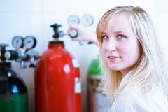 Крупный план женских исследователя/студента химии Стоковая Фотография RF