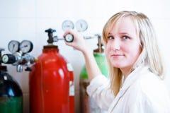 Крупный план женских исследователя/студента химии Стоковое Фото