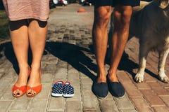 Крупный план женских и мужских ног в вскользь ботинках Стоковые Фото
